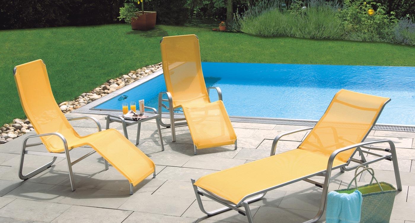 Gelbe Sonnenliegen Modell Florida vor Pool