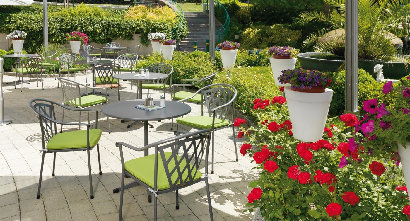 Gartenstühle Schönbrunn mit Rosen im Vordergrund