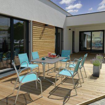 Terrasse mit Gartenstühlen in blau und silber