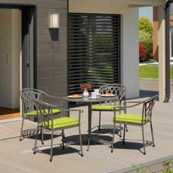 Gartenmöbel mit grünen Sitzkissen