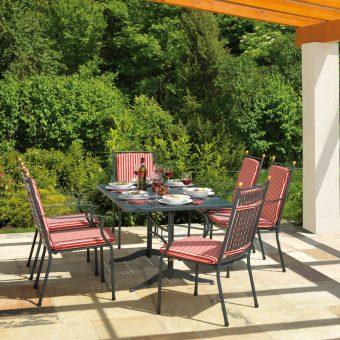 Gartenmöbelgarnitur mit gesteiften Sitzauflagen