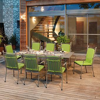 Gartenmöbelgarnitur mit grünen Sitzauflagen