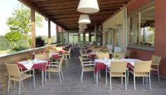 Terrasse mit Flechtwerkstühlen im Hotel Das Eisenberg
