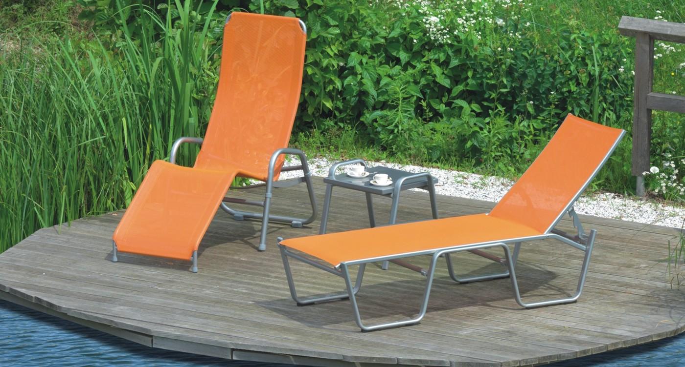 Orangene Bermuda Stapelliege auf Holzterrasse