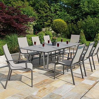 Gartenstühle der Serie Monza mit passendem Esstisch