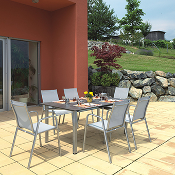 Gartenstühle der Serie Lugano mit gedecktem Tisch