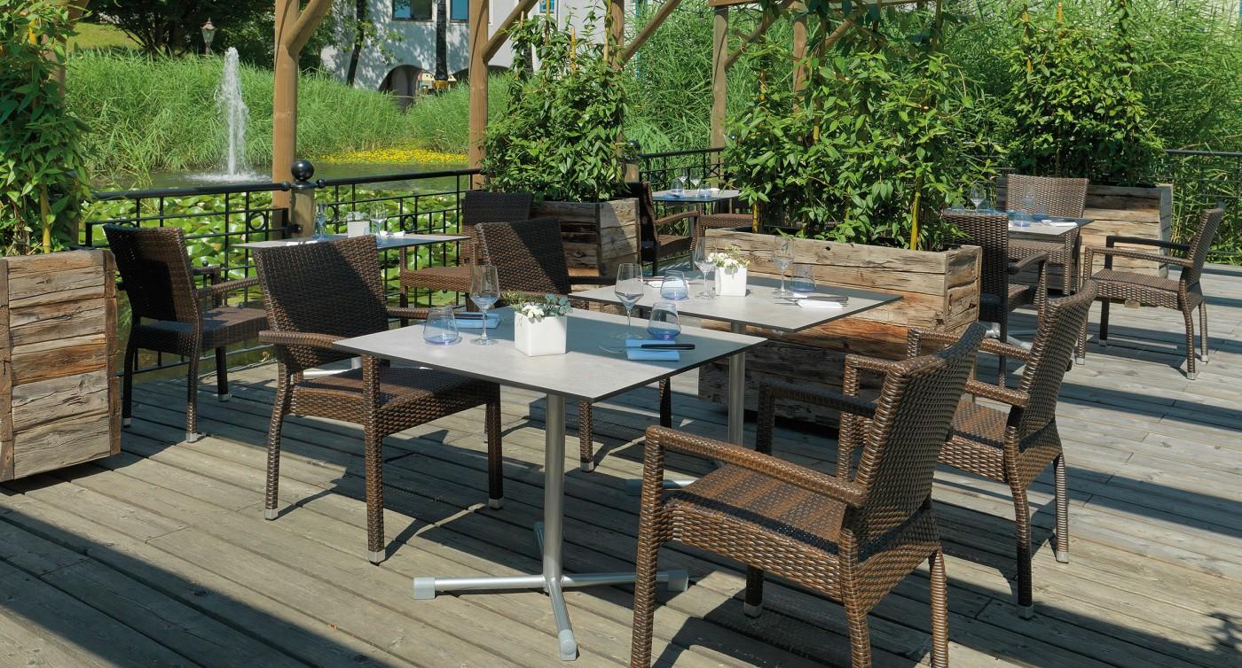 Flechtwerk-Stühle Marbella auf Holzterrasse in der Farbe Schoko