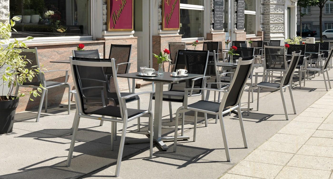 Graue Gartenstühle Monza im Schanigarten des Café Ministerium