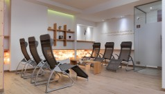 Wellnessbereich mit grauen Kippliegen im Biohotel Williger