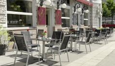 Schanigarten mit grauen Gastrostühlen im Café Ministerium