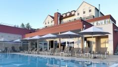 Poolbereich mit Wellnessliegen im Hotel Das Eisenberg