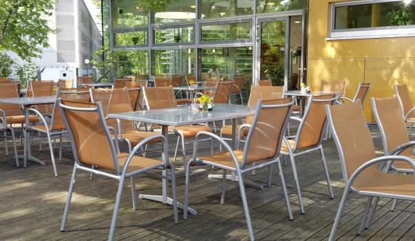 Teakholz Gartenmobel Bank : Karasek Gartenmöbel  Referenzen Gastromöbel und Wellnessmöbel