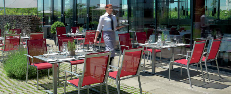 Gastromöbel in rot mit Kellnerin