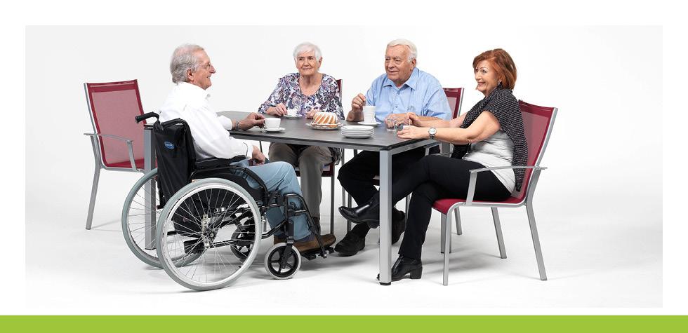 Care Line Pflegemöbel mit sitzenden Menschen