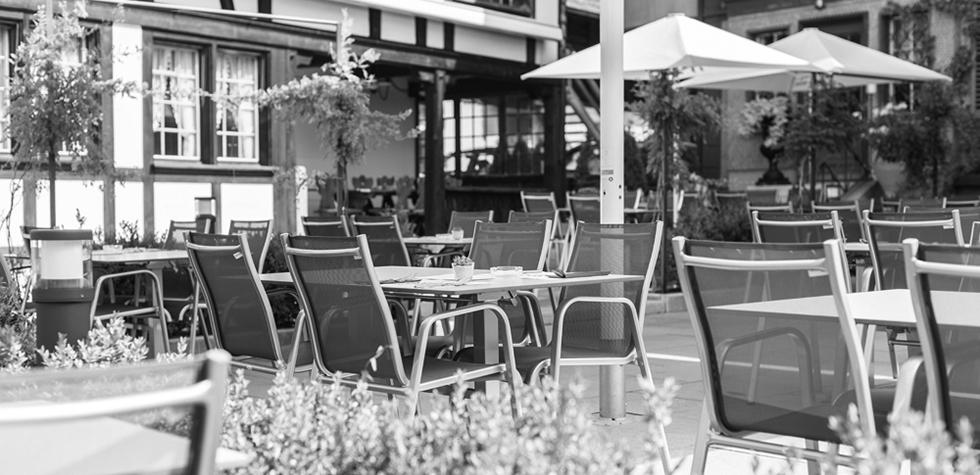Bild Gartenmöbel in schwarz-weiß Optik