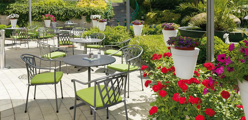 Gartenmöbel in grau auf Terasse mit Blumen