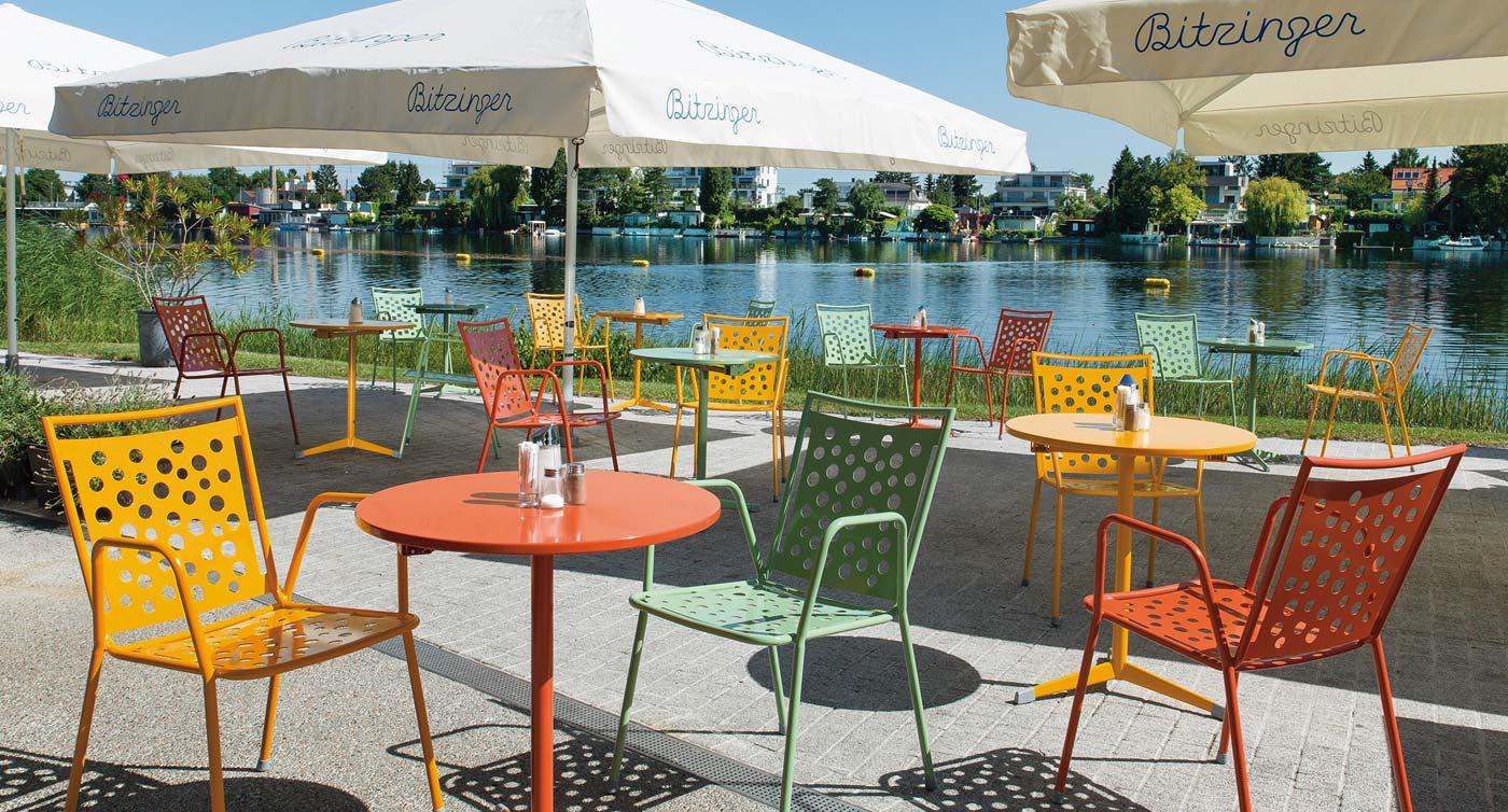 Bunte Gastrostühle der Serie Kopenhagen